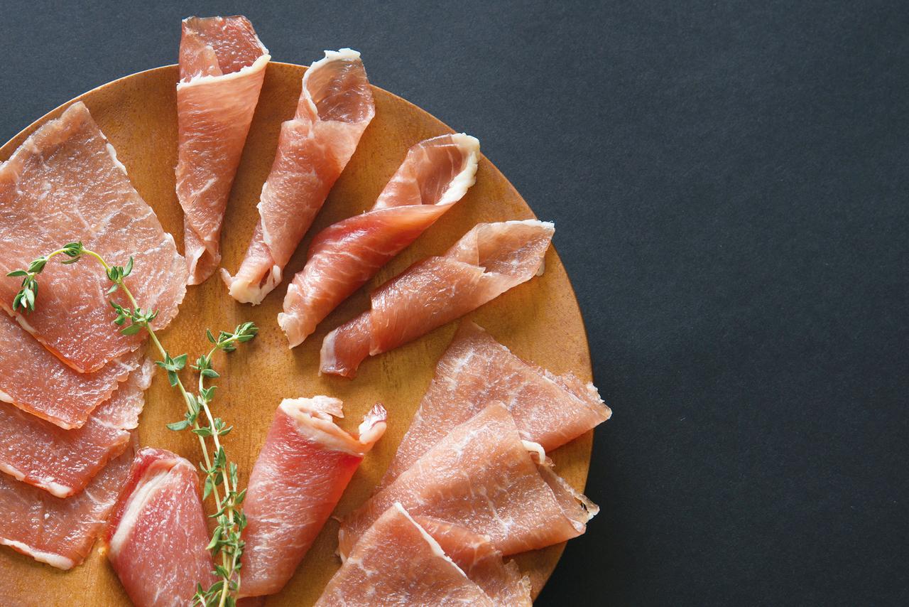 水上 興一 畜産王国・宮崎県認定のブランドポーク「まるみ豚」を使用した生ハム!! 脂が臭み無く旨みがありさっぱりとした味付けなので、解凍してワインのつまみ、サラダを はじめさまざまな料理の具材としてもお使いになれます!